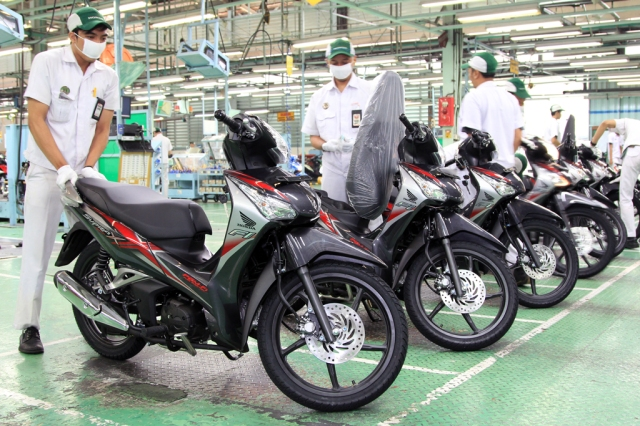 Karyawan AHM sedang melakukan final inspeksi sepeda motor Honda Supra X 125 Helm in PGM-FI di pabrik perakitan AHM, Sunter